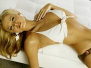 Blonde sexy allongée