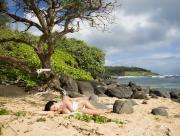 Fille sur plage abandonnée