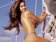 Jolie femme sur un voilier