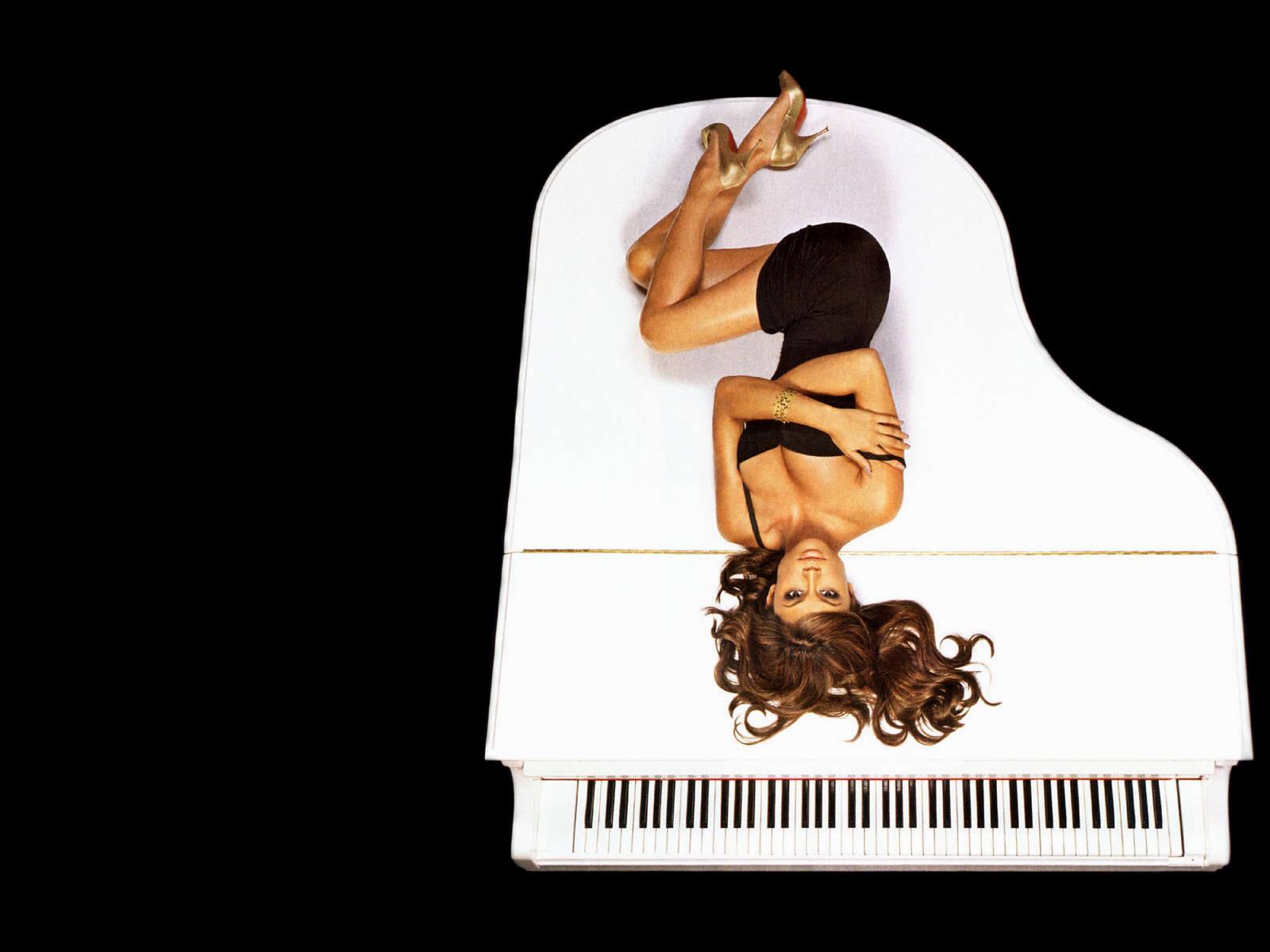 fond d 39 ecran vanessa minnillo sur un piano wallpaper. Black Bedroom Furniture Sets. Home Design Ideas